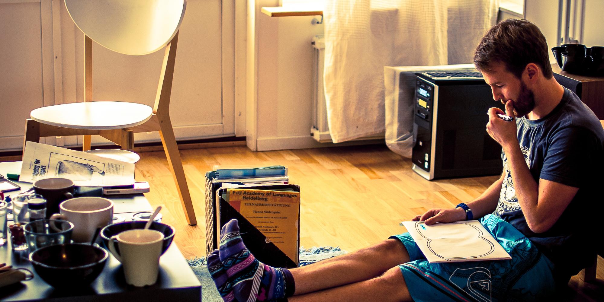Student sitter och pluggar p golvet